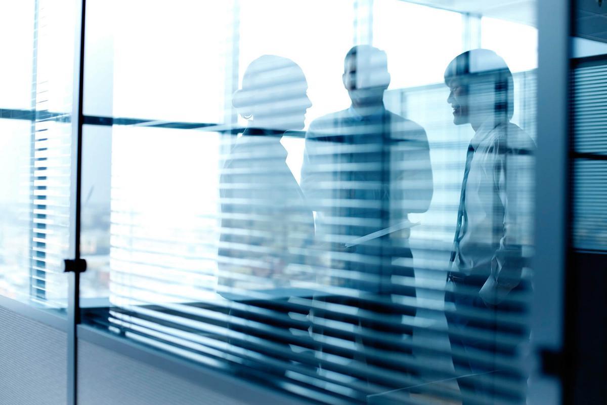 Obligation de l'administration de chercher à reclasser un agent avant de pouvoir le licencier : inapplicabilité aux fonctionnaires stagiaires dont l'emploi est supprimé